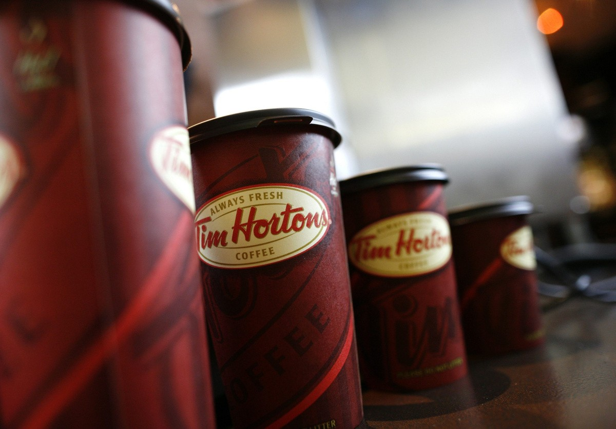 A row of Tim Hortons coffee cups are lined up for customers at Penn Station in New York in this July 13, 2009 file photo. Tim Hortons Inc, which is under pressure from a U.S. hedge fund seeking better returns, named a new chief executive on May 8, 2013 and reported a 3 percent fall in first-quarter profit.  REUTERS/Brendan McDermid/Files  (UNITED STATES - Tags: BUSINESS)
